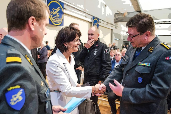 Bundesrätin Doris Leuthard (Mitte) auf Besuch bei der Luftwaffe. Wohl frühestens im Jahr 2020 wird der Bundesrat das Objektblatt des Sachplans Militär (mit den Lärmsanierungsverfahren) verabschieden.